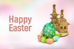 Glückliche Ostereier auf rosa Hintergrund Lizenzfreie Stockfotografie