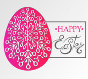Glückliche Ostern-Beschriftung auf dem Ei Lizenzfreie Stockbilder