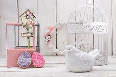 Glückliche Ostern-Dekoration für Grußkarte Hölzerner Vogel, birdhous Stockfotografie