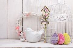 Glückliche Ostern-Dekoration für Grußkarte Hölzerner Vogel, birdhous Lizenzfreies Stockbild