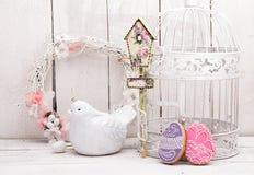 Glückliche Ostern-Dekoration für Grußkarte Hölzerner Vogel, birdhous Lizenzfreie Stockfotografie