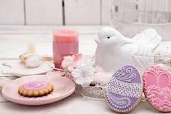 Glückliche Ostern-Dekoration für Grußkarte Hölzerner Vogel, birdhous Stockfoto