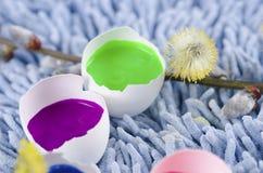 Glückliche Ostern-Dekoration mit bunten Eierschalen Lizenzfreie Stockfotografie