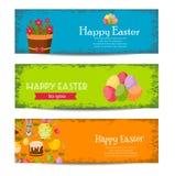 Glückliche Ostern-Fahnen stellten mit bunten Eiern, gelbes Küken, Krokus, Kuchen, Bunny Rabbit, Karotten, Blumenstrauß von Blumen stock abbildung