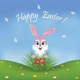 Glückliche Ostern-Karte mit einem netten rosa Häschen, das Eier findet Stockbild
