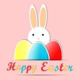 Glückliche Ostern-Karte mit nettem Kaninchen, Text und Ostereiern, rosa Feiertagshintergrund Lizenzfreie Stockfotografie