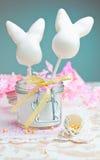Glückliche Ostern-Kuchenknalle Stockfotos