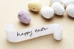 Glückliche Ostern-Meldung mit Schokoladeneiern lizenzfreie stockfotografie