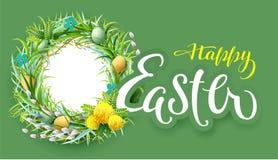 Glückliche Ostern-Textgrußkarte Nestkranz blüht Rahmen und farbige Eier Stockfoto