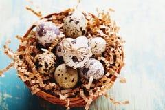 Glückliche Ostern-Weinlese und natürliche Artpostkarte Stockfotos