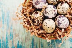 Glückliche Ostern-Weinlese und natürliche Artpostkarte Selektiver Fokus Lizenzfreies Stockfoto