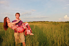 Glückliche Paare auf dem Gebiet Lizenzfreie Stockfotografie