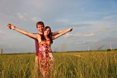 Glückliche Paare auf dem Gebiet Stockbilder