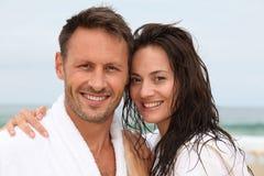 Glückliche Paare auf dem Strand Lizenzfreie Stockfotografie