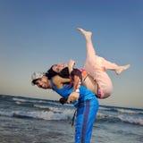 Glückliche Paare auf dem Strand Stockbilder