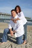 Glückliche Paare auf dem Strand Stockfoto