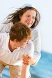 Glückliche Paare auf natürlichem Hintergrund stockfoto