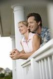 Glückliche Paare auf Portal des Hauses Stockfoto