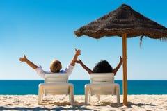 Glückliche Paare auf Strand Stockfotos