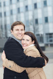 Glückliche Paare bei der Liebesumfassung Stockbild