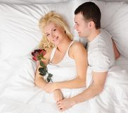 Glückliche Paare an den Flitterwochen Lizenzfreies Stockbild