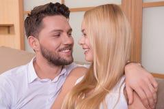 Glückliche Paare in der Liebe Stockbild
