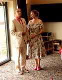 Glückliche Paare in der Weinlesekleidung lizenzfreie stockfotografie