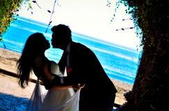 Glückliche Paare in der Weinlesekleidung Lizenzfreie Stockfotos