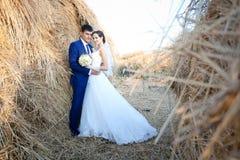 Glückliche Paare in der Weinlesekleidung Stockbilder