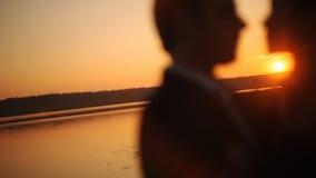 Glückliche Paare, die auf dem Strand küssen stock footage