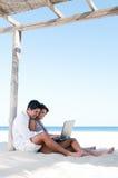 Glückliche Paare, die das Netz im Freien surfen Stockfoto