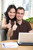 Glückliche Paare, die Daumen aufgeben Lizenzfreies Stockbild