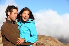 Glückliche Paare, die draußen lächeln Stockfotografie