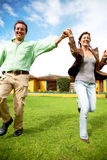 Glückliche Paare, die draußen laufen Lizenzfreie Stockfotos