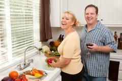 Glückliche Paare, die ein Eveing genießen Lizenzfreie Stockfotos
