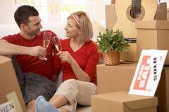 Glückliche Paare, die Ende des Bewegens feiern Stockfotos
