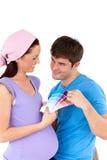 Glückliche Paare, die Farben für ihren Schätzchenraum wählen Stockbild