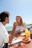 Glückliche Paare, die Flitterwochen genießen Lizenzfreie Stockfotos