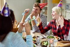 Glückliche Paare, die Geburtstag am Abendtische feiern stockfotos