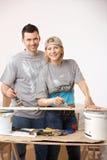 Glückliche Paare, die an ihrem neuen Haus arbeiten Lizenzfreie Stockfotografie
