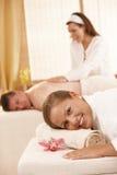 Glückliche Paare, die im Badekurort haben Lizenzfreie Stockfotos
