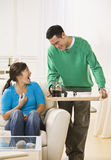 Glückliche Paare, die Kaffee zu Hause trinken Lizenzfreie Stockfotografie