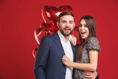Glückliche Paare, die Kamera betrachten lizenzfreies stockbild
