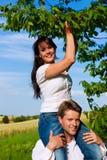 Glückliche Paare, die Kirschen am Sommer essen Lizenzfreies Stockfoto