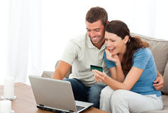 Glückliche Paare, die online ihre Konten betrachten Stockfotos