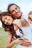 Glückliche Paare, die in Richtung zur Kamera zeigen Lizenzfreies Stockfoto