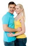 Glückliche Paare, die sich umarmen stockfoto
