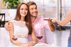 Glückliche Paare, die sich zusammen entspannen Stockfotos