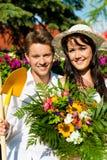 Glückliche Paare, die am Sommer im Garten arbeiten Stockfotografie
