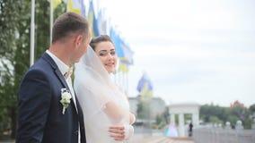 Glückliche Paare, die Spaß draußen haben stock video footage